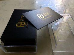 Danh thiếp ép kim vàng trên giấy mỹ thuật đen không bo góc